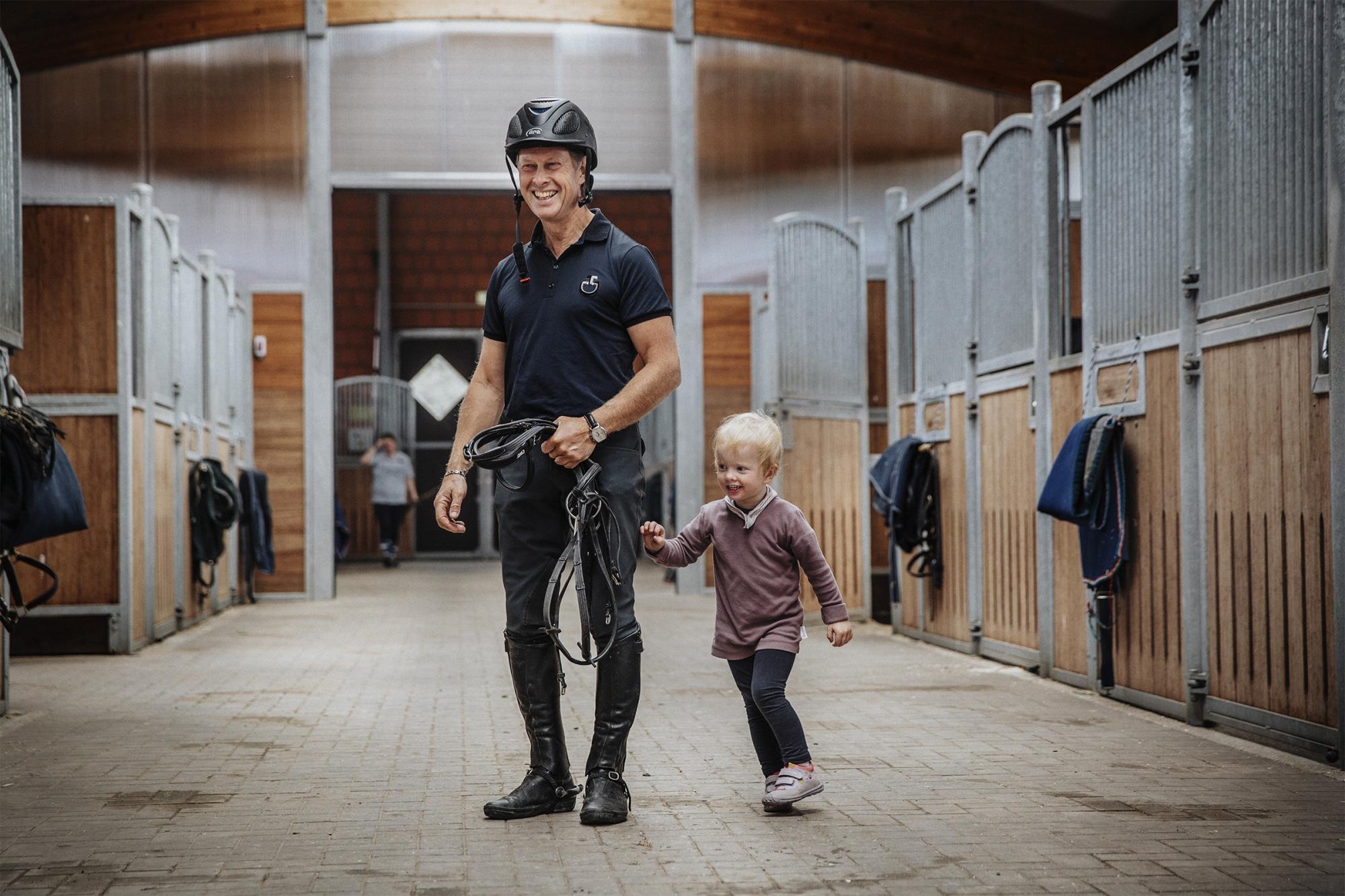 Pamina Och Rolf-göran Träffas I StalletFoto: Lottapictures P: 2017-19