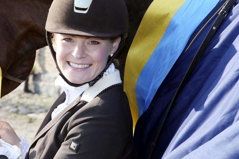 Jeanna Högberg bjussar på sig själv – illustrerar en typisk hästmänniska på semester
