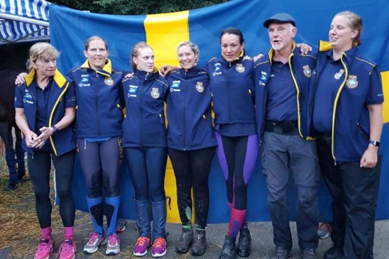 Lena Eriksson, Anneli Ohlén, Sara Henriksson, Jessica Holmberg, Emma Svanäng, landslagsledare Léonard Liesens och veterinär Mia Svensson. (Foto: Marianne Eriksson )