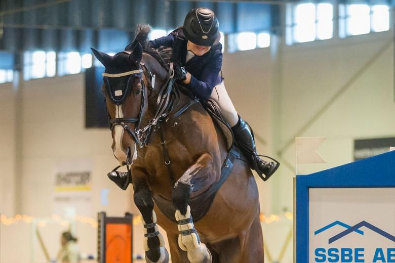 171210 Södertälje Wilma Jacueline Glans och Prima vann Junior-hoppningen med kval till Scandinavium 2018. Photo: Roland Thunholm Code: 718 35