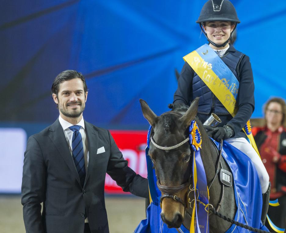 Prins Carl Philip delar ut pris i sin egen klass på Friends