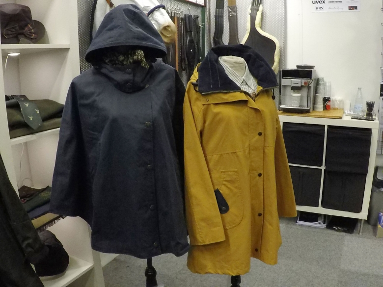 De här regnrockarna följer också den klassiska brittiska stilen.