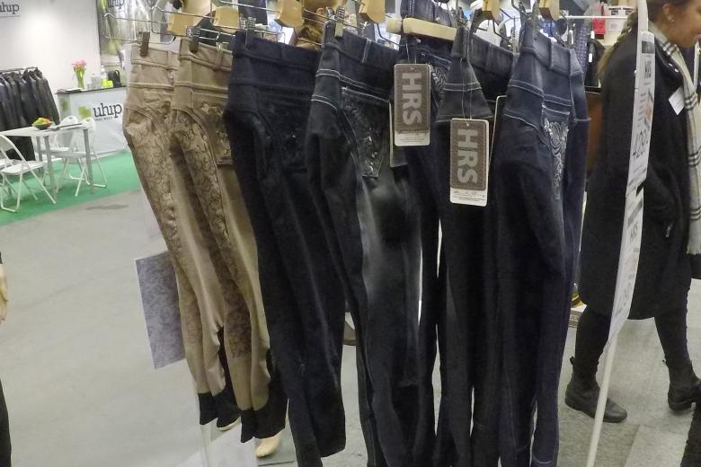 En annan trend som verkar vara återupplivad är ridbyxor i jeansimitation. Det syntes på flera håll under mässan.