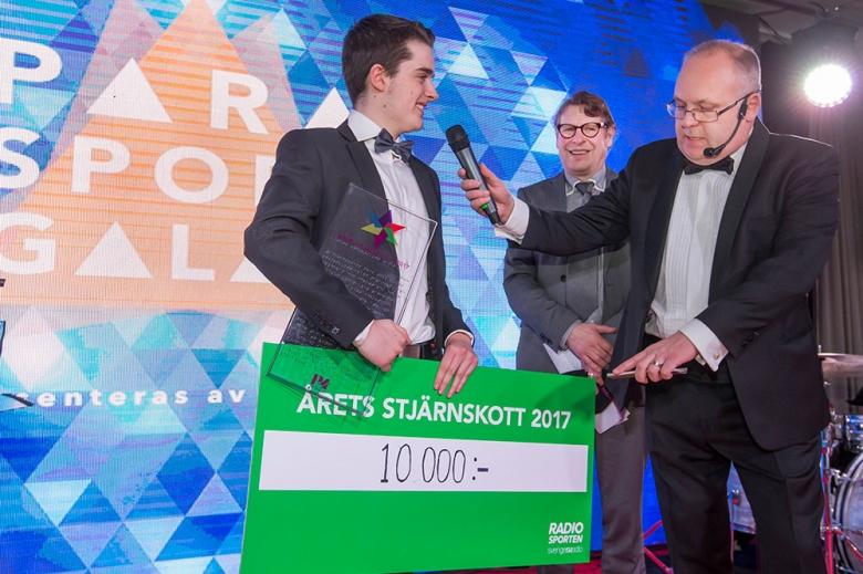 180128 Svenska Parasportgalan 2018 Daniel Gustafsson, Bordtennis vann Radiosportens pris, Årets Stjärnskott som han fick mottaga av radiosportens Roger Burman, och Lasse Persson. Photo: Roland Thunholm Code: 718 35