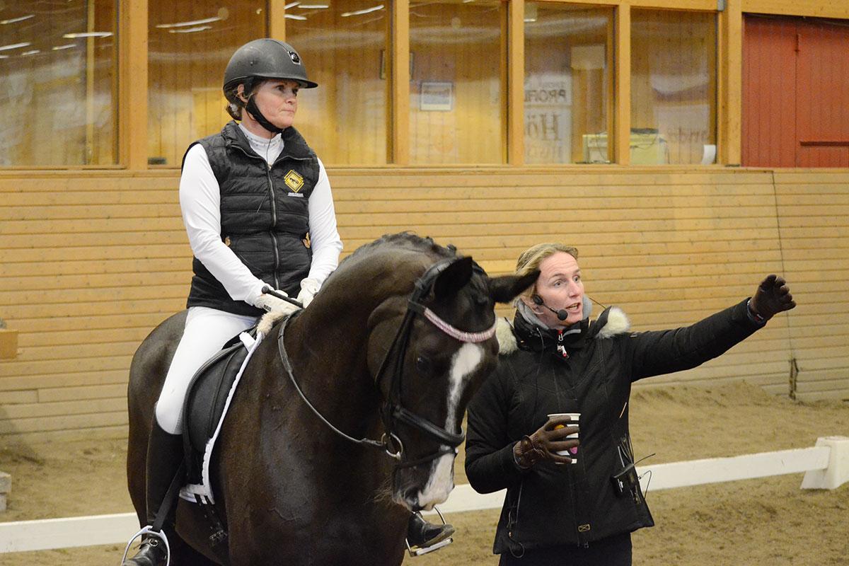 Veronica Frost från Umeå får instruktioner av Imke Schellekens Bartels hur hon vill att övningen ska utföras.