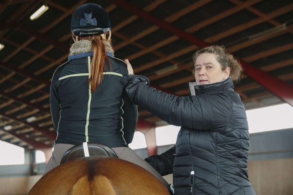 Felaktig sits: Hästen kan få betala priset i form av skador