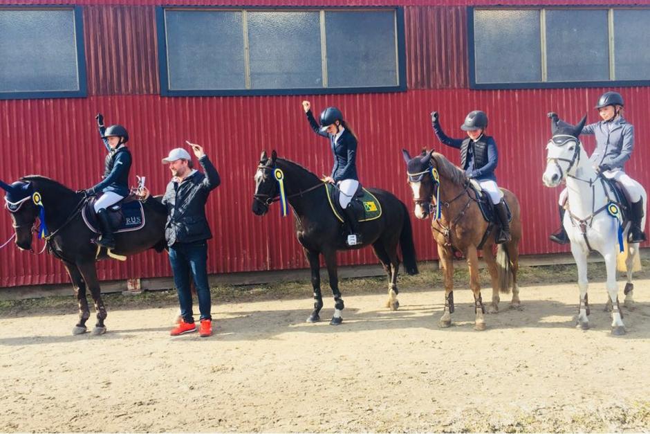 Kampen om SM-biljetterna hårdnar efter andra omgången i ponnyeliten