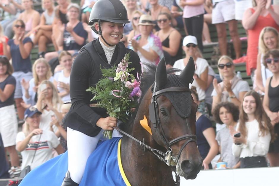 Lycklig Agnes vann Amatörtouren på tränarens häst