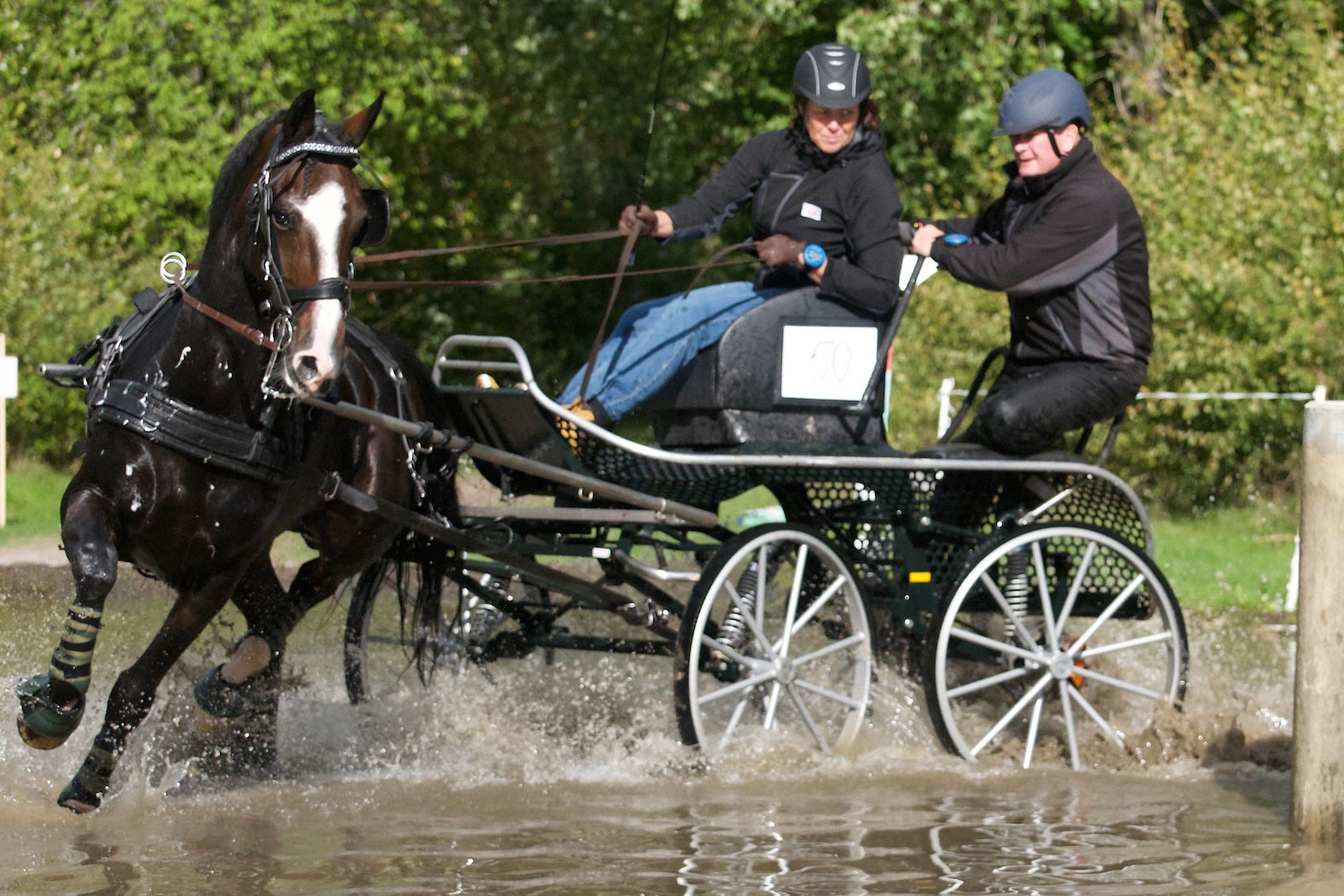 Annette Jönsson på väg mot seger i den svåra hästklassen. Groom är Paul Mowbray.