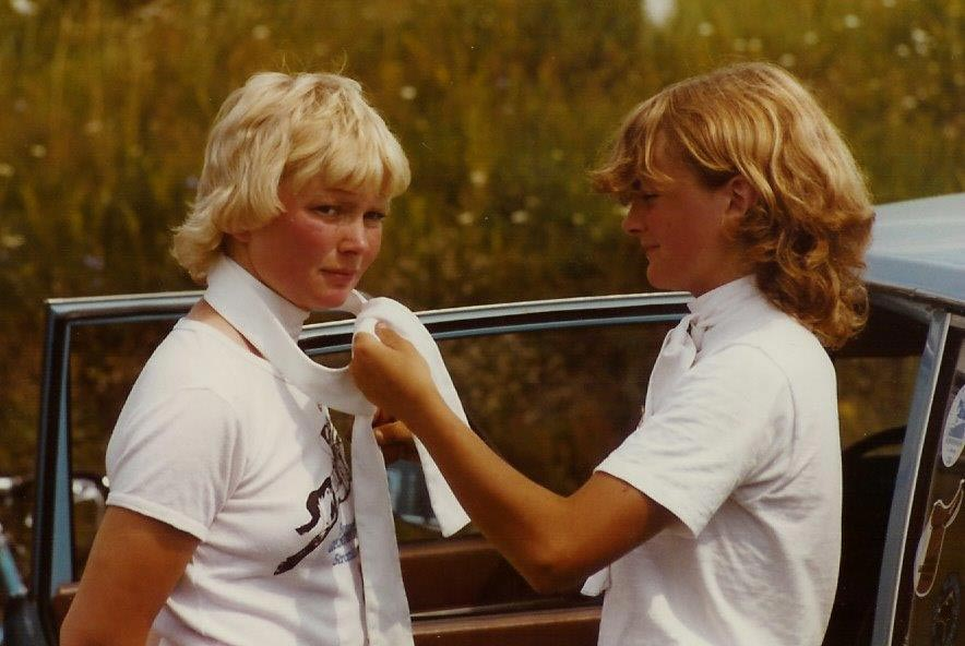 Anna hjälper Gunn att knyta plastrongen i Askim 1983