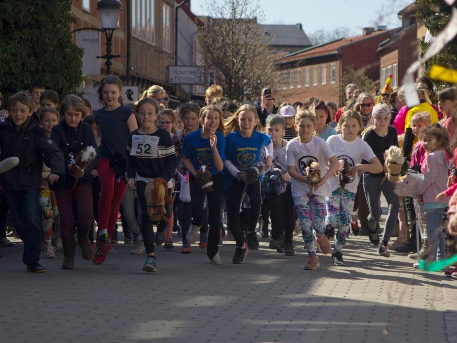 Flera hundra kom till start i Ystad Ridklubbs käpphästlopp