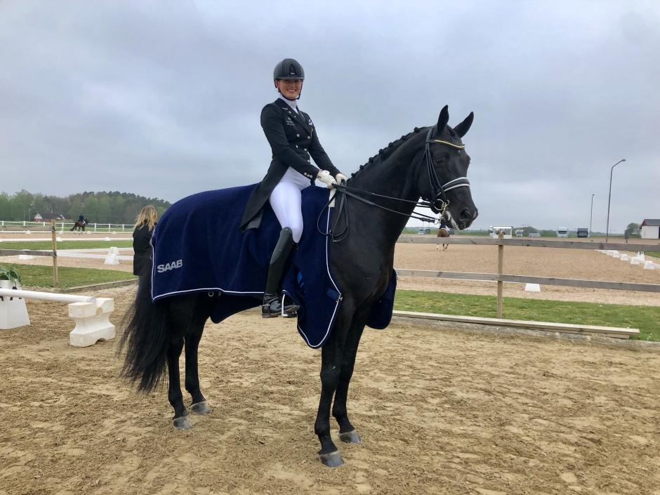 Marina Mattsson och svarta hingsten klara för Falsterbo