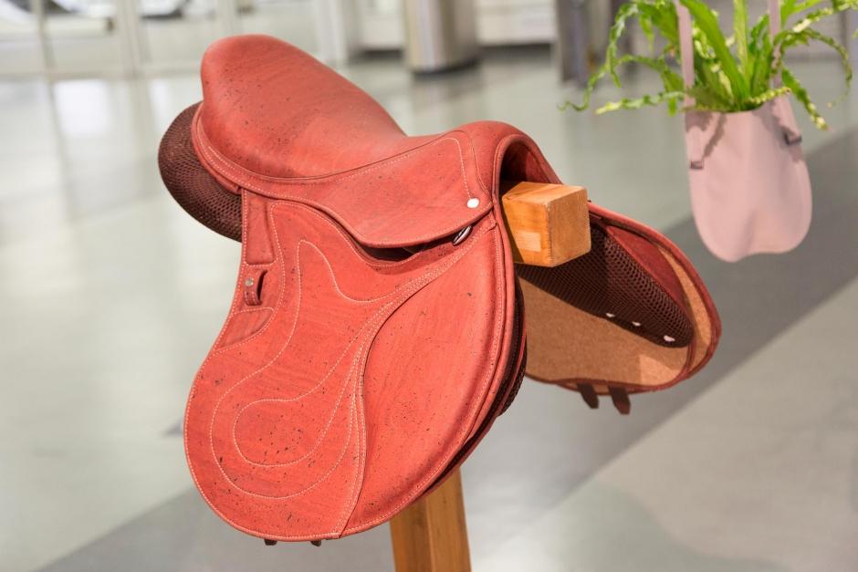 Sadel i kork – en av vinnarna på årets Spoga-mässa