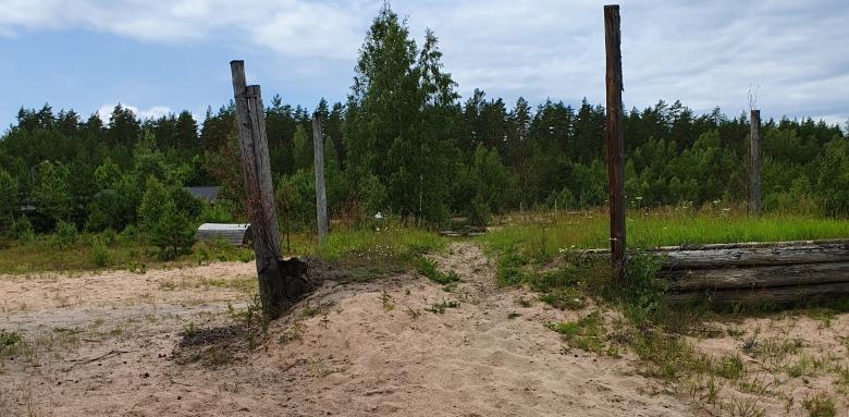 Bank Med Djup Sand Och Stolpar Som Behöver Bytas Foto Felix Engström Fix