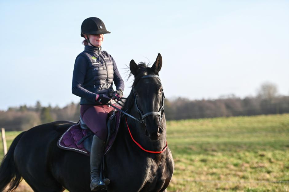 Thea har hästjobb redan före studenten – rider 12 hästar i veckan