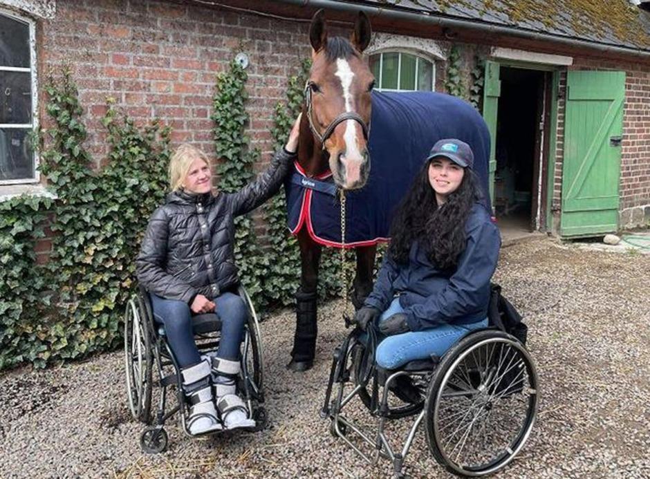 Johanna Forssell stöttar Felicia Grimmenhag med häst