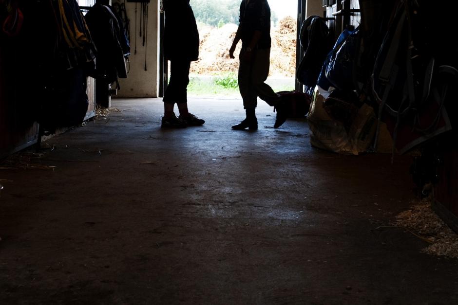 Flickor hittade två döda hästar i stall
