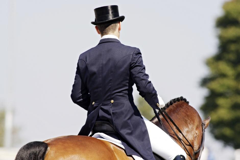 Hatten förbjuds på FEI-tävlingar i dressyr – men först 2021