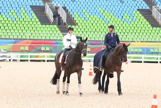 """OS-veteranerna Tinne Vilhelmson Silfvén och Patrik Kittel skrittade runt med """"Anton"""" och Deja inne på arenan."""