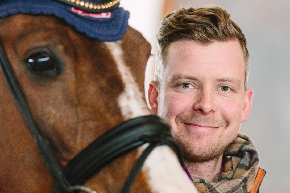 Olof Axelsson tränar hästen till mental avspänning